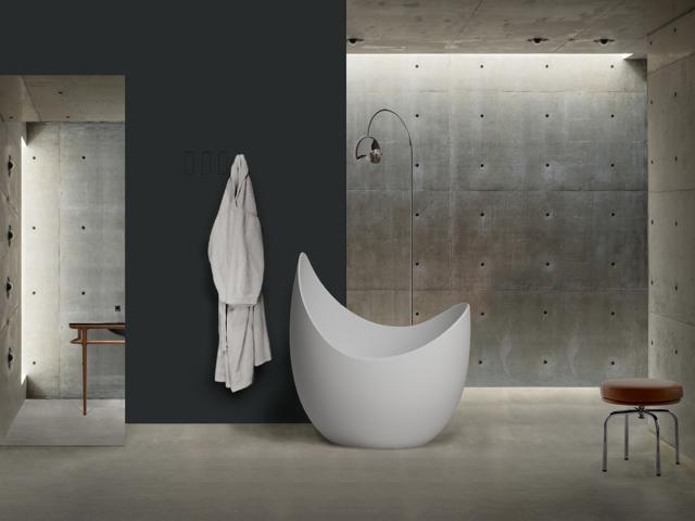 Una vasca multifunzione e un lavabo sinuoso vincono il