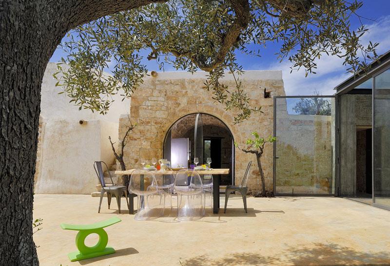 Un cubo di vetro tra ulivi e trulli secolari il progetto for Idee per arredare un trullo