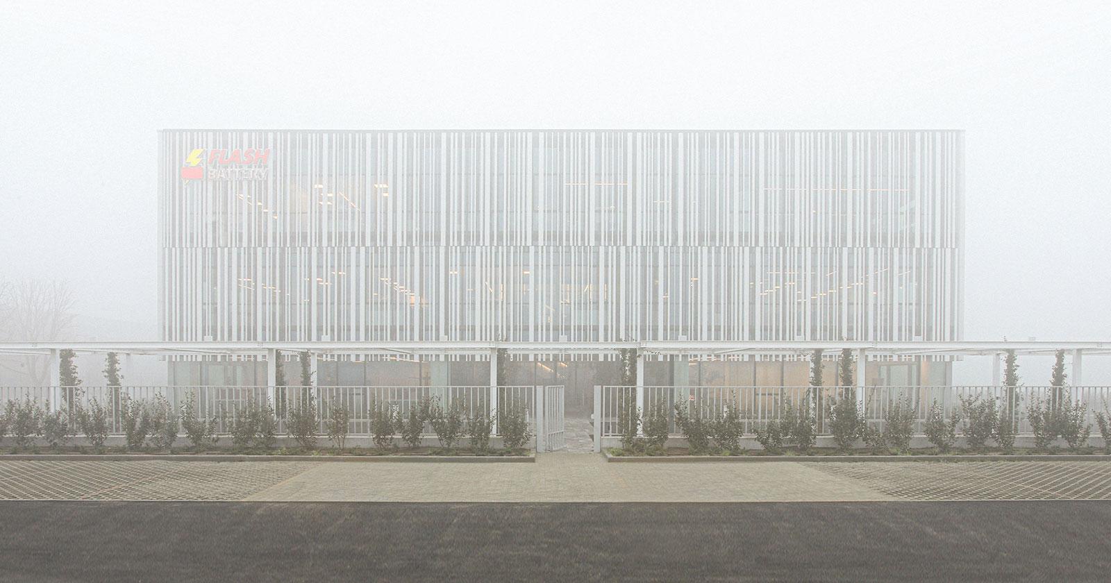 Come un fantasma nella nebbia: a Sant'Ilario d'Enza i nuovi headquarters firmati Studio Bocchi