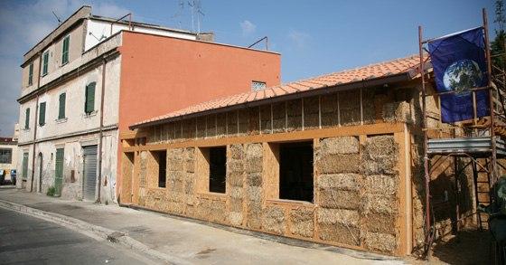 Roma la prima casa di paglia costruita in citt - Costruire casa paglia ...