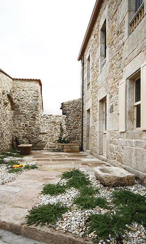 Dom Arquitectura: un interior design moderno per un'antica residenza di pietra