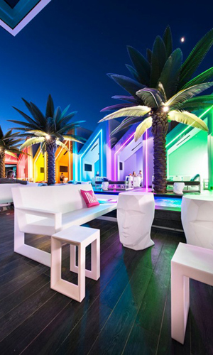 Matisse Beach Club: un quadro di luci al neon e colori audaci