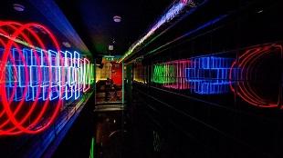 bar-black-walls-corridor-neon-light-feature-nightlife-nulty